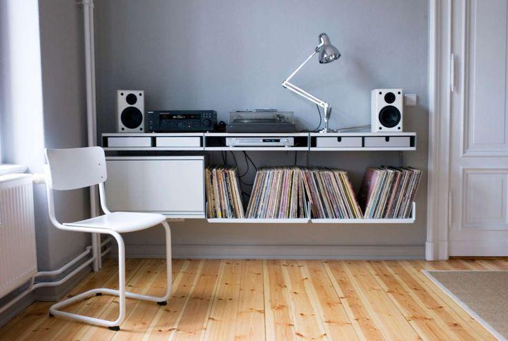Ein Doppeltablar mit zwei Oberflächen trägt Verstärker und Plattenspieler und bietet zugleich Platz für Aluminiumbehälter, um Nadeln, Gewichte und Stecker zu verstauen.