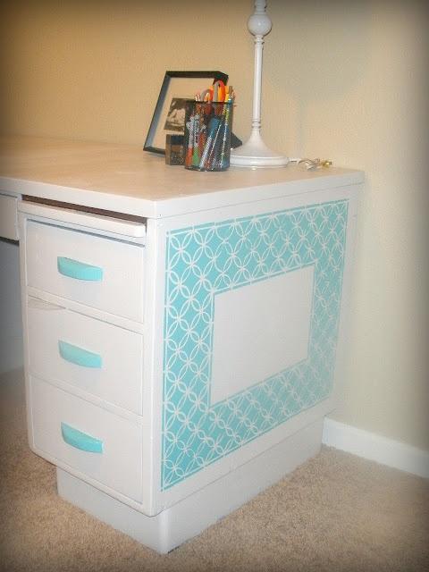 DIY Schreibtisch Makeover. Mache Seite ein Notizbrett und decke Kreidefarbe auf