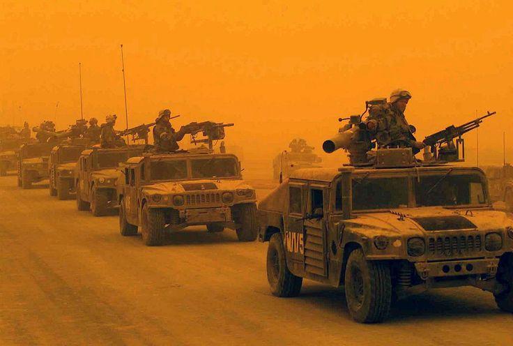 Колонна бронеавтомобилей Humvee Корпуса морской пехоты США, попавшая в песчаный шторм. Северный Ирак, 26 марта 2003