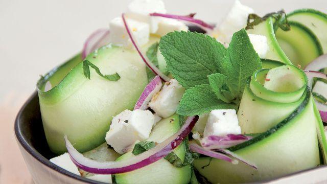 Salade de courgette à la feta et à la menthe fraîche.