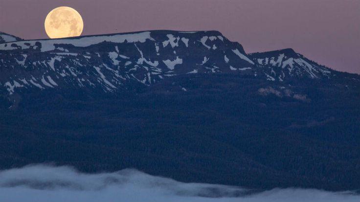 Bureau of Land Management/Flickr/Divulgação - No dia 23 de junho de 2013, a superlua aparece sobre as montanhas no Estado de Montana, nos Estados Unidos. Segundo a Nasa, a Lua parece ainda maior quando vista próxima à linha do horizonte ou atrás de árvores e prédios, por exemplo.