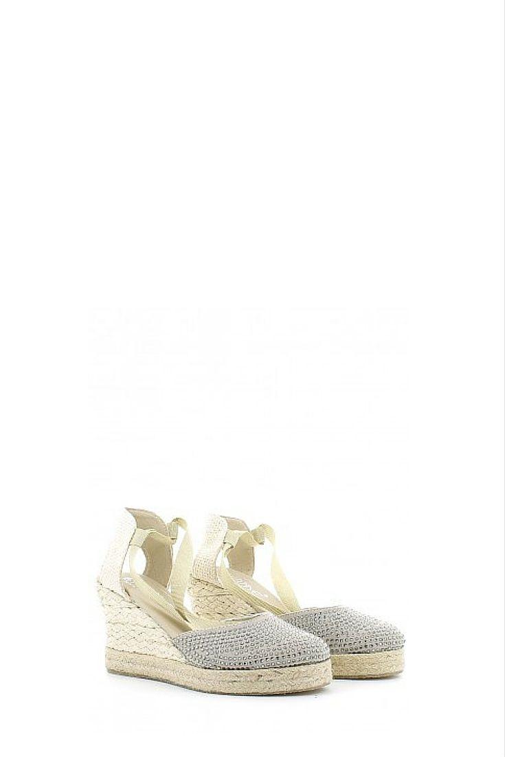 Sandalo in tessuto beige con brillantini, con laccio in tessuto da legare alla gamba; soletta in pelle, zeppa di 9 cm in corda e fondo in gomma. Made in Italy