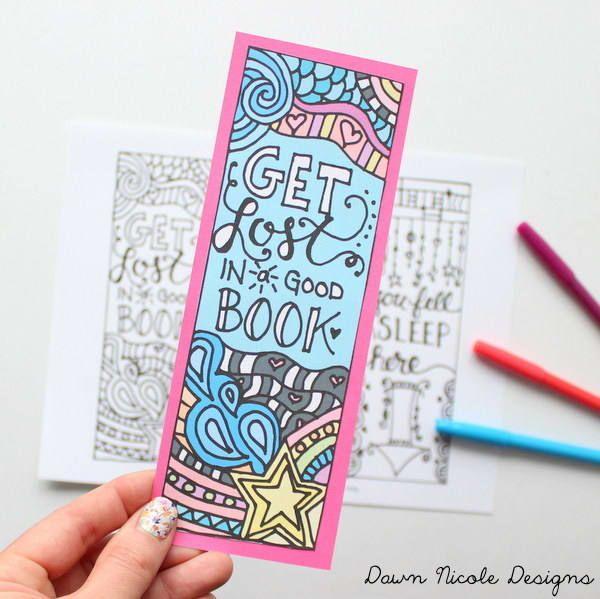 Si amas la lectura, es probable que disfrutes de un marcalibros personificado. Aquí puedes imprimir los tres modelos creados por Dawn Nicole.