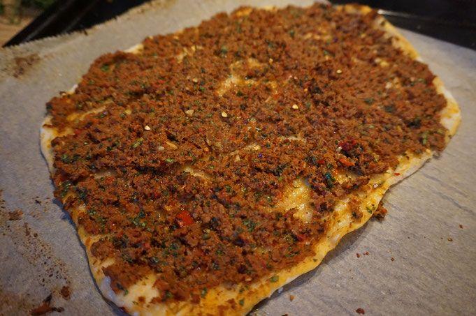 Entdecke mein einfaches & leckeres DIY-Rezept für türkische Lahmacun mit saftigen Belag auf meinem Foodblog aus Köln. Inklusive toller Fotos & Anleitung.