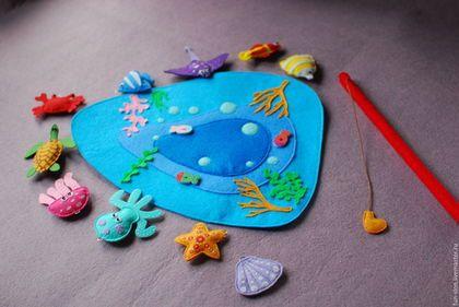 Купить или заказать Магнитная Рыбалка игра из фетра в интернет-магазине на Ярмарке Мастеров. Магнитная игра рыбалка развлечет Вашего малыша и поможет ему развить усидчивость и координацию. С помощью удочки Ваш малыш научится контролировать крупную и мелкую моторику. Каждая рыбка имеет свой неповторимый цвет. Помещаются рыбки на красочное поле из фетра. Можно попросить ребенка 'поймать' рыбок определенного цвета, что будет отличной тренировкой на внимательность.