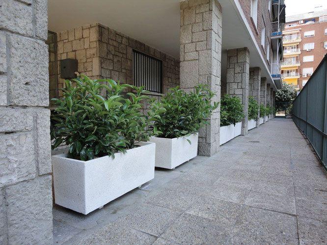 Jardineras prefabricadas para cubrir un pasillo y separar portales #jardinerasprefabricadas #maceteros #macetas #jardineras #jardinerasamedida #jardineraslosada #planters #pots http://www.jardineraslosada.net