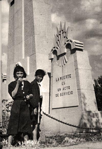 La Cruz de los Caídos que estuvo desde 1943 a 1987 en Ciudad Lineal.  En el cruce de la calle Alcalá con las de Arturo Soria y Hermanos García Noblejas. En el lugar que ocupó hoy hay una fuente.