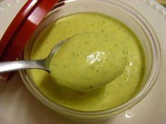Molho para acompanhar seus lanches e as saladas  Ingredientes  1 lata de creme de leite sem soro sal a gosto meio maço de cheiro verde 1 colher de sopa de azeite 1 dente de alho