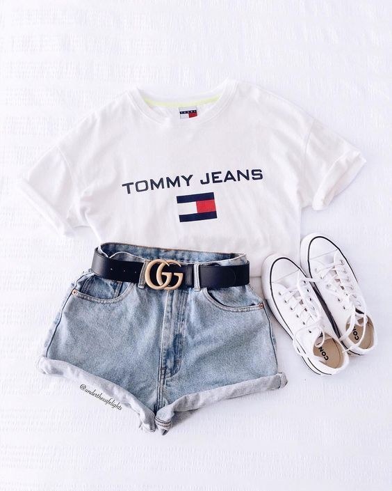 Kurze Mom Jeans und All Star Branco