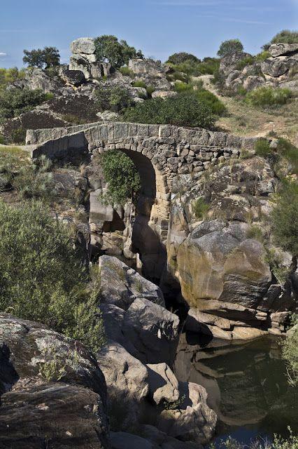 El Puente romano del Buho en Peraleda de San Román., sobre el Río Gualija. Aunque quizás sean romanos sólo sus cimientos. Es un puente precioso.