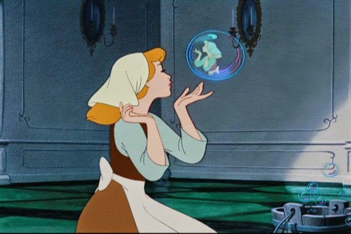 #SabíasQué... Una versión alternativa al inicio de la película, incluía a Cenicienta imitando a Lady Tremaine y a sus hermanastras dándole órdenes.