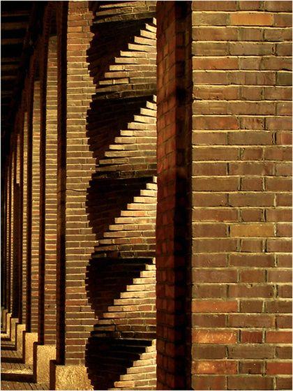 piusz Pillérsori kakukktojás című képe az Indafotón. Szeged, Dóm tér - Nemzeti Emlékcsarnok. Az emlékcsarnok a Dóm teret körülvevő árkádsor alatt létesült. A mintegy száz szobor és dombormű a magyar történelem, irodalom, művészet és tudomány kiválóságainak állít emléket.
