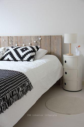 La tête de lit, coussin, quelque chose d'accroché à la tête de lit!