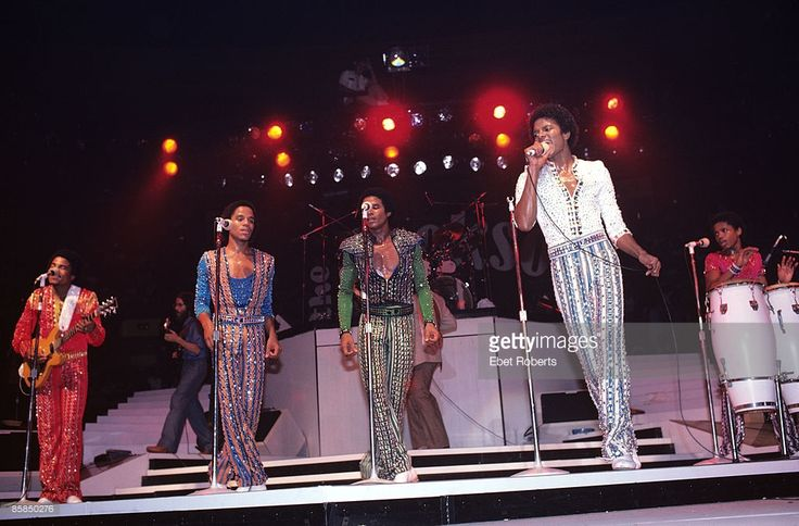 Photo of Michael JACKSON and JACKSONS and JACKSON FIVE and Randy JACKSON and Tito JACKSON and Marlon JACKSON and Jackie JACKSON; L-R: Tito Jackson (playing Travis Bean guitar), Marlon Jackson, Jackie Jackson, Michael Jackson, Randy Jackson performing live onstage