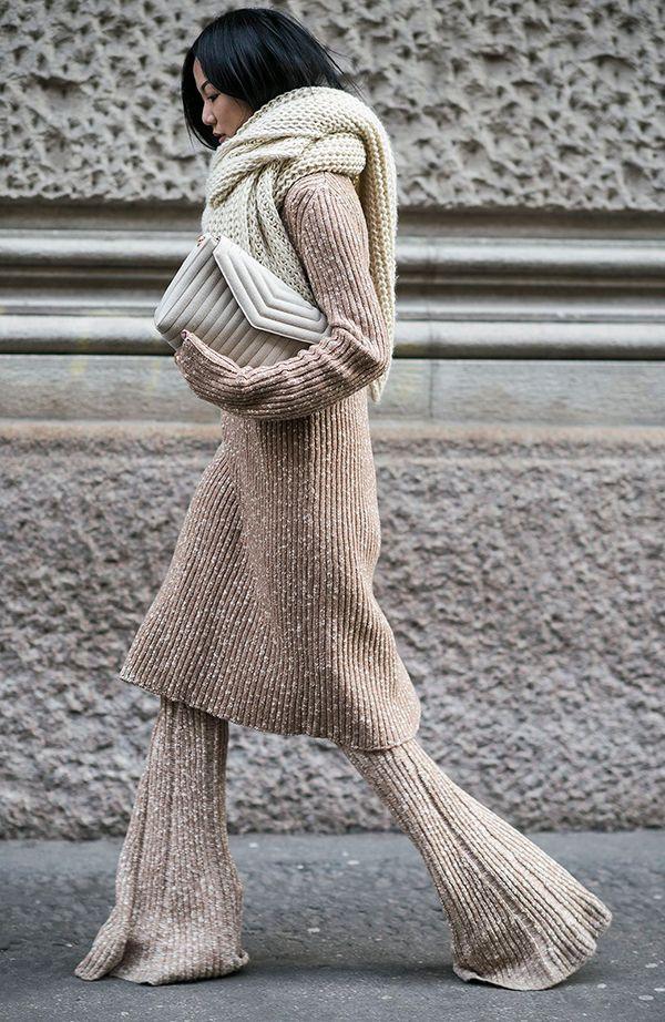 Yoyo Cao usa look total tricot com lurex, com maxi gola e clutch nude
