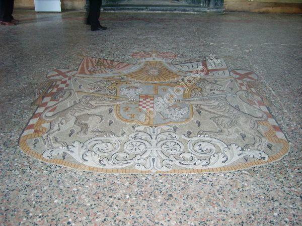 Uno stemma araldico sul pavimento - Villa Pliniana | Torno #lakecomoville