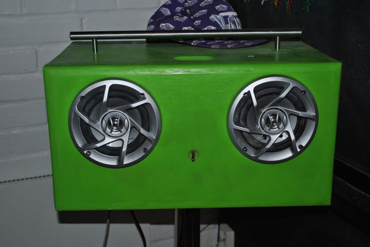 Speaker Dock for my boy . Made from car hifi with an power amp from pc 12volt. For iPhone and 3.5mm jack. Plays lodd.