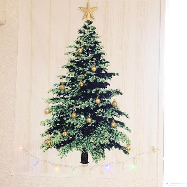 ** クリスマス進行*** やっと手をつけた飾り付け。 師走らしく日々追われてますが、時々振り向きながら走りきって締めくくれたらいいな。 星とオーナメントは#ダイソー #ツリータペストリー は#トーカイ #ライト足したい