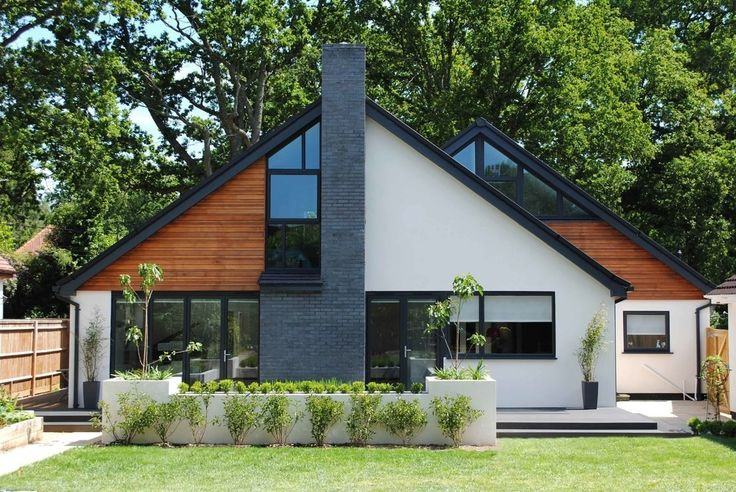 Contemporary Chalet Bungalow Conversion By La Hally: Moderner Bungalow Außen, Hauswand Und