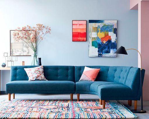 Sofás esquineros: modelo con ángulo curvo y color azul capitoné