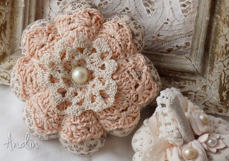 Romantická kytička Shabby chic Dekorační kytička je ušita z jemné bavlněné látky smetanové barvy se vzorem růžiček. Střed je zdoben háčkovanou dečkou broskvové a krajkovou květinkou smetanové bavy . Ve středu je připevněná velká perlička. Lze použít i jako závěsnou dekoraci, do okna, na poličku, na kliky u dveří nebo kličky oken. Průměr 11 cm