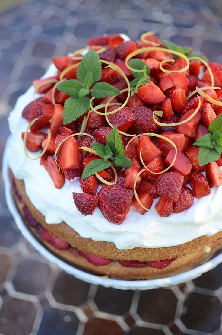 Jordgubbstårta med lemon curd, midsommartårta, sommartårta, jordgubbar, recept. Strawberry cake, strawberries, swedish cake, midsummer, swedish midsummer @helenalyth