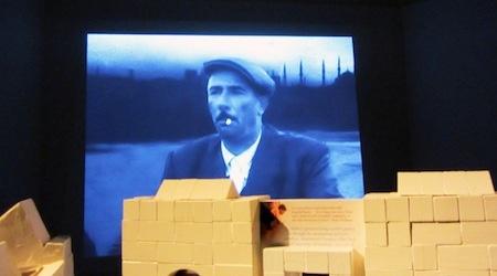 Πώς συνδέονται μία εικαστικός από την Κύπρο, ένας συγγραφέας από την Τουρκία, ένα μουσείο στην Κωνσταντινούπολη, μία αναπαλαιωμένη βίλα στη Θεσσαλονίκη, οι αναγνώστες βιβλίων σε όλο τον κόσμο και το κοινό μιας έκθεσης; Μία επίσκεψη στο Μουσείο της Αθωότητας, στην Κωνσταντινούπολη και στην έκθεση Παραλληλοτοπία στο ΜΙΕΤ θα σας αποκαλύψει πως τα όρια ανάμεσα στην τέχνη και στην πραγματική ζωή, στη λογοτεχνία και στην ιστορία, στο συλλογικό και στο ατομικό είναι πλέον δυσδιάκριτα.