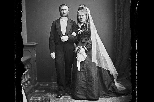 Den här bilden på brudparet Blomqvist är från 1870-talet då den vita bröllopsklänningen ännu inte hade slagit igenom. Svart var den vanligaste färgen på festklänningar fram till omkring sekelskiftet 1900.  – Kvinnan har fina korkskruvslockar som förmodligen är löshår. Löshåret slår nämligen igenom på 1870-talet. Håret är bra sätt att tidsbestämma bilder eftersom det på 1860-talet var mer mode att ha en slät frisyr, säger Ann-Sofi Forsmark.  Okända bilder: Möt 1800-talets stockholmare | SvD