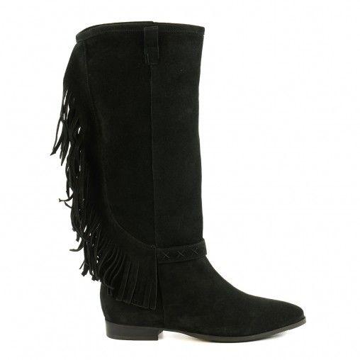Met deze hoge zwarte laarzen met franjes ga jij helemaal mee in de franje-trend! Leuk onder een skinny jeans of onder een rokje. Deze mooie laarzen maken je outfit n�t iets specialer. Ze zijn gemaakt van su�de, gevoerd met textiel en hebben leren binnenzo