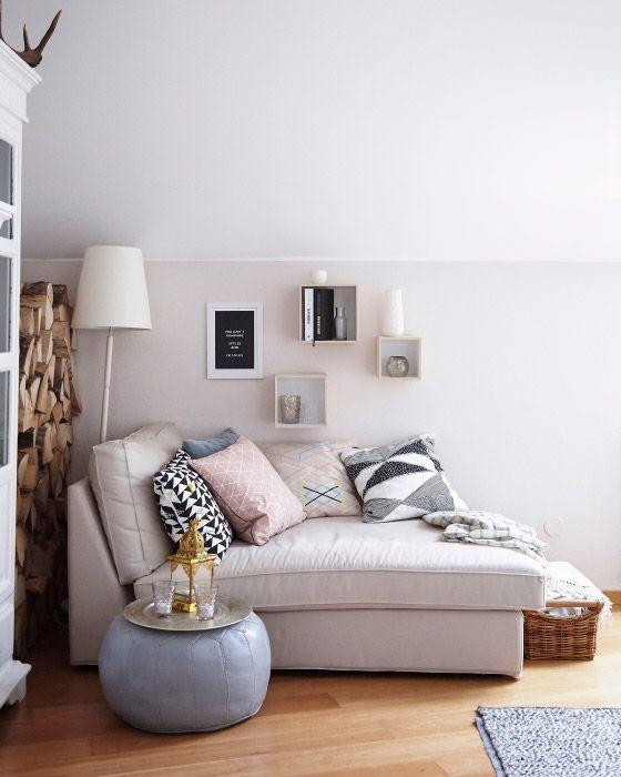 """Eine kuschelige Ecke im Wohnzimmer mit KIVIK Récamiere mit Lederbezug """"Grann"""" und Stoffbezug """"Bomstad"""" in Beige"""