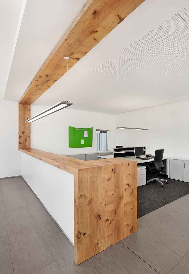 Theke, Holz, Akustikdecke, Empfangsbereich, ergonomischer Bürostuhl, Schreibtisch, Stauraum