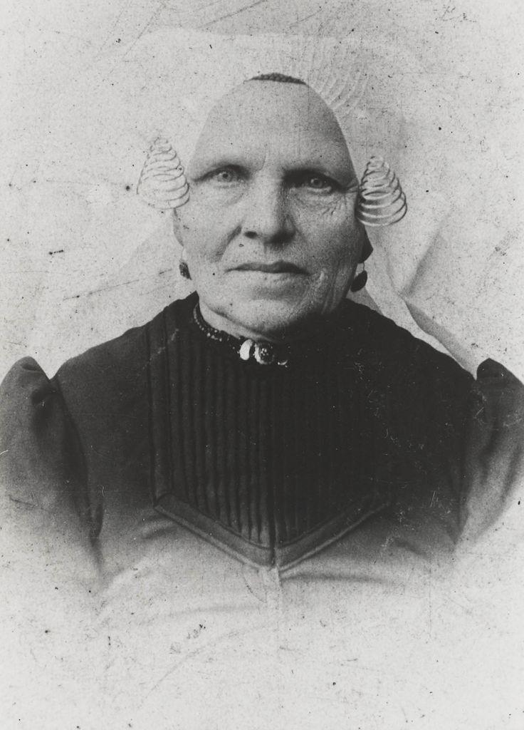 Vrouw uit Heerjansdam, in de streekdracht van IJsselmonde. De vrouw is in de rouw. ca 1880 #IJsselmonde #ZuidHolland