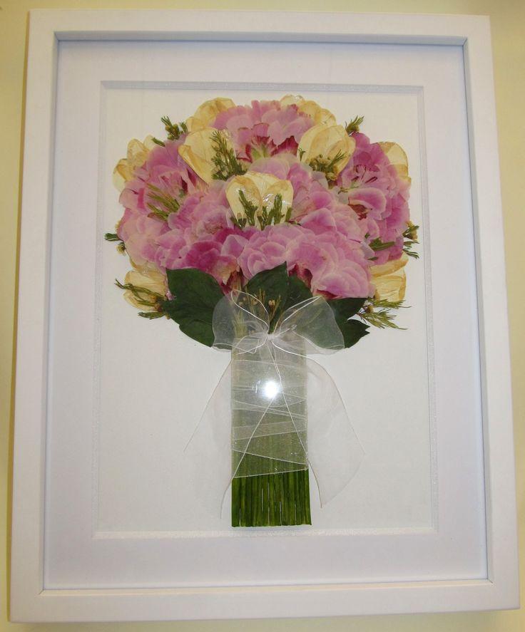 Prensado y enmarcado de ramo de novia con peonías rosadas y tulipanes crema