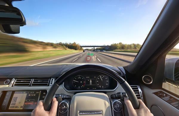El parabrisas del coche contendrá mucha información útil en el futuro, pero será necesario encontrar un compromiso para no distraer más al conductor.