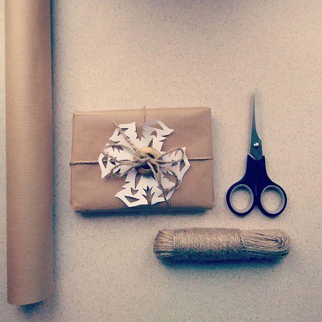 #prezenty #pakowanie #gift #christmas #szarypapier #paczka #naprezent #gwiazdka #nożyczki #płatekśniegu #snowflake #diy #handmade #taniepakowanie #pomysł #sposób #rękodzieło #rekodzielo