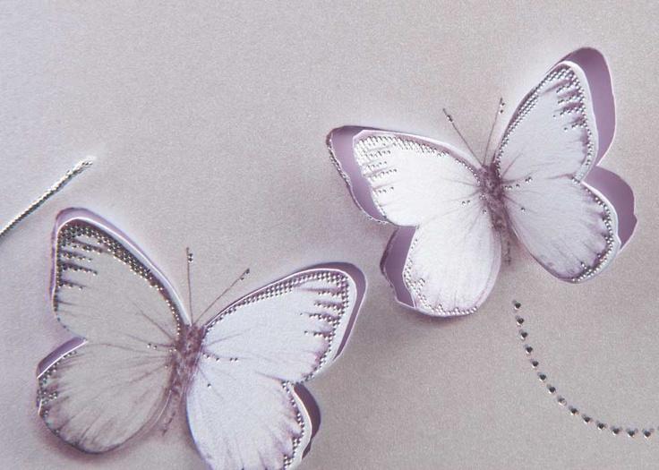 Invitatie de nunta confectionata dintr-un carton argintiu sidefat care are decupat doi fluturasi in care se introduce un carton mai subtire de culoare lila desinat textului.