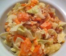 frischer Fitness-Salat mit Ananas und weisskohl