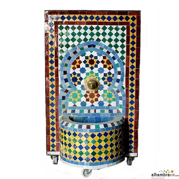 Fuente de agua mosaico amarillo azul y verde