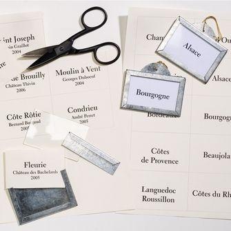 Porte-étiquette 'Bourgogne' de cave en zinc inspirées d'un modèle ancien. Marquage sur étiquette en papier à glisser dans le porte étiquette protégée de l'humidité. Sur www.botaniqueeditions.com