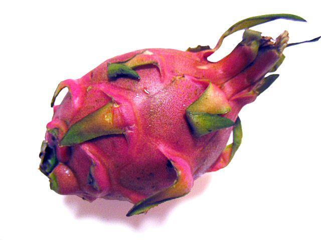 「レッドピタヤ」 沖縄県産のフルーツです。 ピタヤ(別名・ドラゴンフルーツ)には、白い果肉と赤い果肉のものがあります。 ちなみに、皮の黄色いイエローピタヤは果肉が白色です。  レッドピタヤはとても鮮やかな赤紫色の果肉で、白い果肉のものよりも甘さを感じます。  キウイのような食感で、クセのない爽やかな味です。 カットしてそのまま食べたり、サラダの具材などで食します。