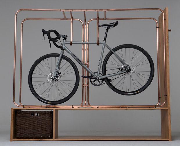 Tubes de cuivre pour une suspension de vélo fait main / Copper pipes for a hand-crafted bike storage furniture #copper #cuivre #bike #furniture #design