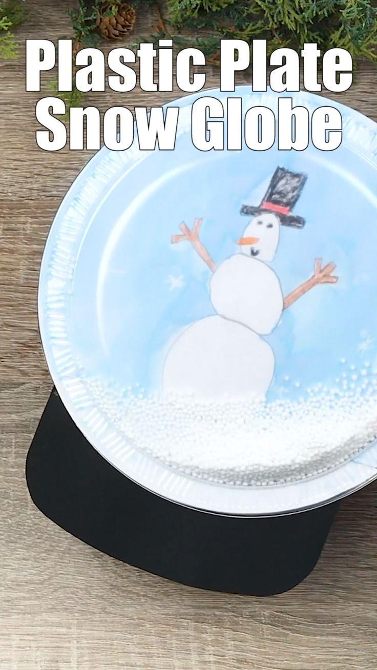 Kinder werden in dieser Ferienzeit Freude daran haben, eine DIY-Kunststoffplatte mit Schneekugel zu fertigen