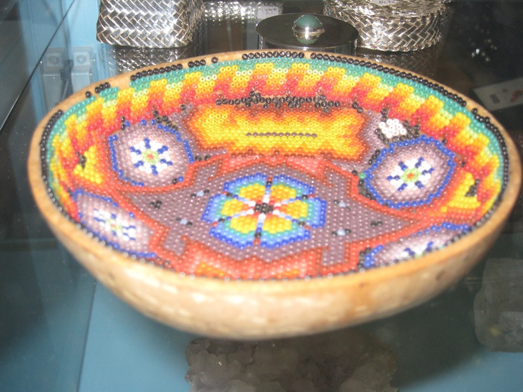 Pieza única de la cultura indígena de Puebla (México) realizada sobre media calabaza y utilizada como decoración ya en origen.