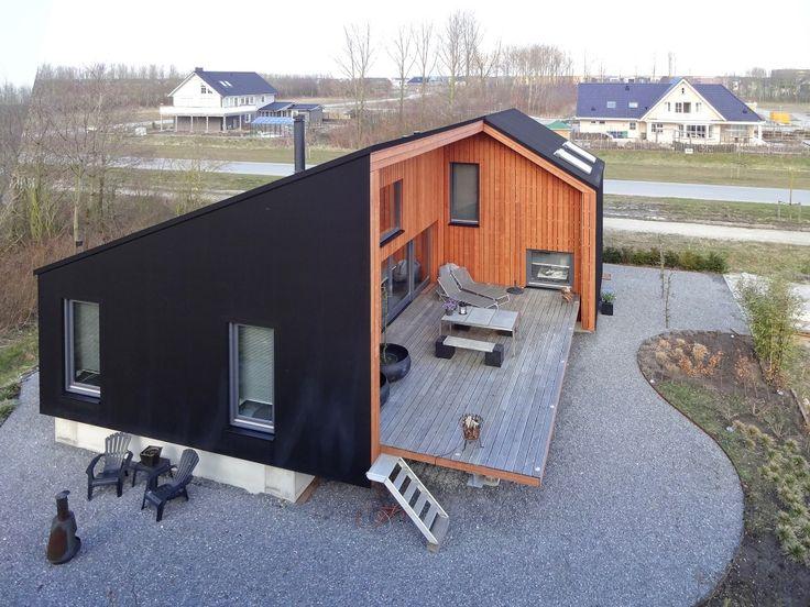 """Der Entwurf für das Rubberhouse wurde 2006 in dem Wettbewerb """"Simplicity"""" prämiert und als eines von 12 Wohnhäusern für die experimentelle Wohnsiedlung """"De Eeenvoud"""" (die Einfachheit) in Almere ausgewählt. In seiner Kubatur lehnt sich das Rubberhouse an die archetypischen, einfachen Gebäude niederländischer Scheunenarchitektur an: Ein zweigeschossiger Gebäudeteil mit asymmetrischem Satteldach verbindet sich mit einem eingeschossigen Gebäudeteil mit Pultdach. Die Konstruktion ist als…"""