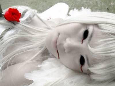 Horror Lolita - Grotesque Lolita (Goruloli)(Hororori) : Las Horror Lolitas son una especialización inquietante, con una estética muy definida:    Ropa: Vestido blanco con manchas rojas que simulan sangre (Algunas radicales usan la suya propia).    Adornos: Accesorios de enfermera, parche cubriendo uno de los ojos, vendajes e instrumental médico. Además se maquillan con heridas falsas y quemaduras. La referencia es clara (el personaje de enfermera asesina que en Kill B