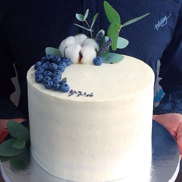 Лимонный торт с грушей, персиком и голубикой, оформлен хлопком, эвкалиптом, лавандой и голубикой. Автор instagram.com/AnastasiiaFilipova
