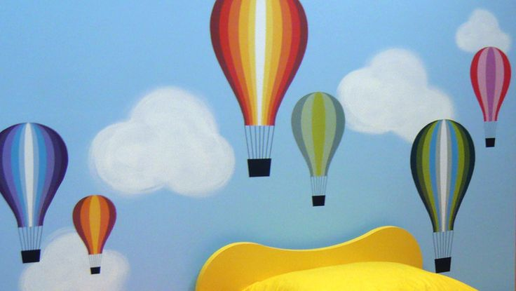 Παιδικό δωμάτιο με συννεφάκια και αερόστατα. Συνδυασμός ζωγραφικής και αυτοκόλλητων. Δείτε περισσότερες ιδέες διακόσμησης για το παιδικό ή βρεφικό δωμάτιο στη σελίδα μας  www.artease.gr