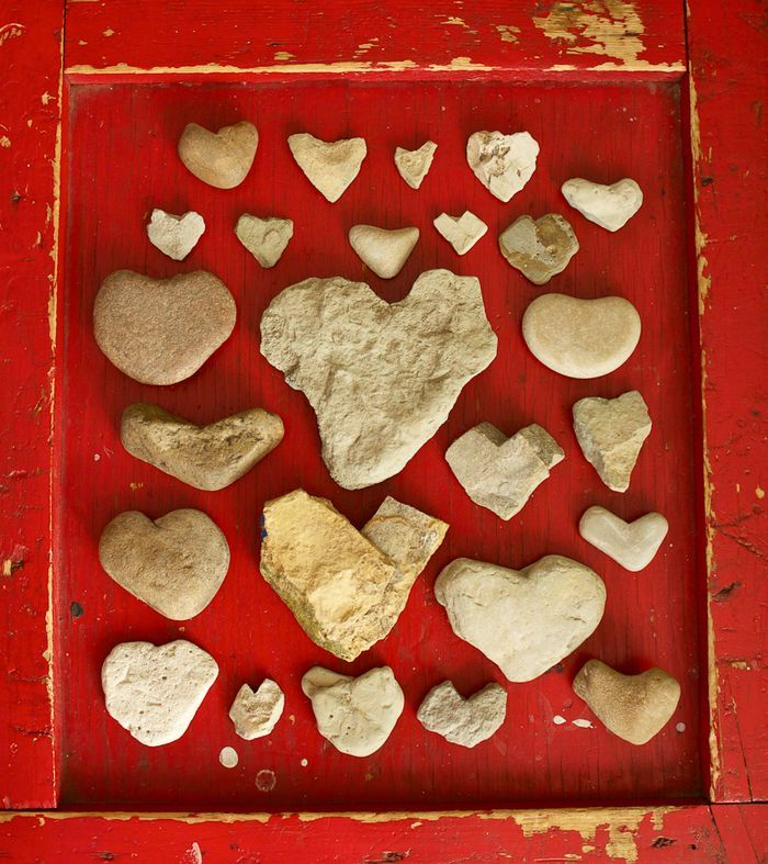 rock hearts - OOh, cool, I know where the rocks are!!  http://bluevelvetchair.blogspot.com/2012/02/50-ways-to-diy-your-valentine-recycled.html#