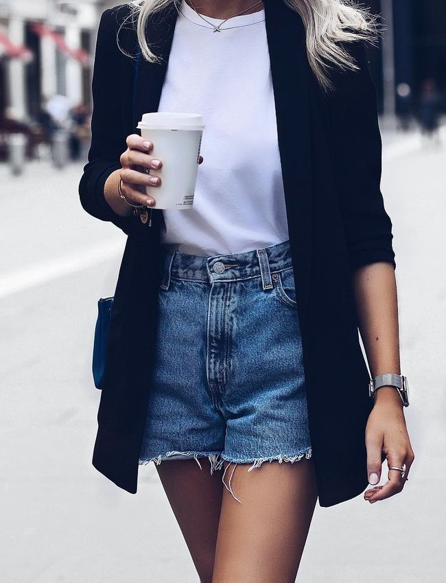 On ne se lasse pas du trio tee-shirt immaculé/blazer long/short en jean ! (photo Lucy Connelly)