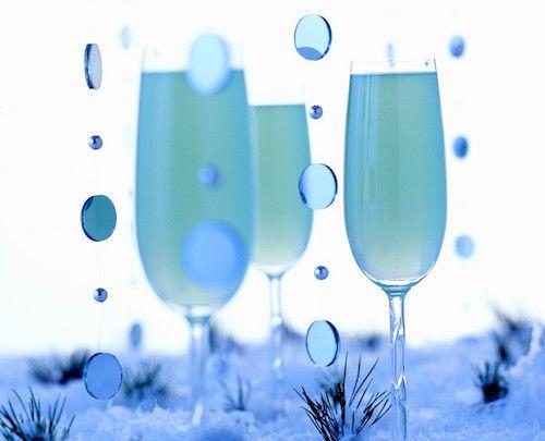 Pour préparer ce cocktail de Noël, il vous faudra : Une bouteille de champagne frais, du curaçao, du jus de citron et du sirop de sucre de canne.